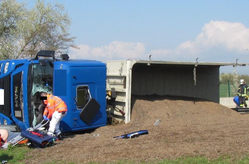 Sattelzug auf A61-Parkplatz Sitzborn umgekippt