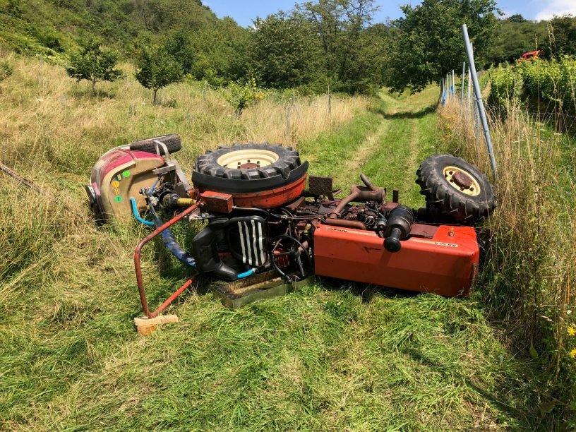 Landwirt unter Traktor eingeklemmt